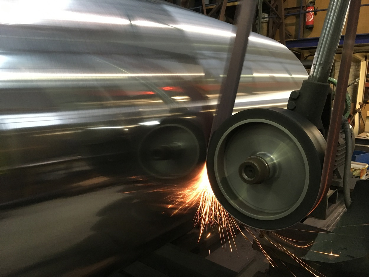 Polissage d'un rouleau chromé visant à obtenir un état de surface de haute qualité - Verbrugge