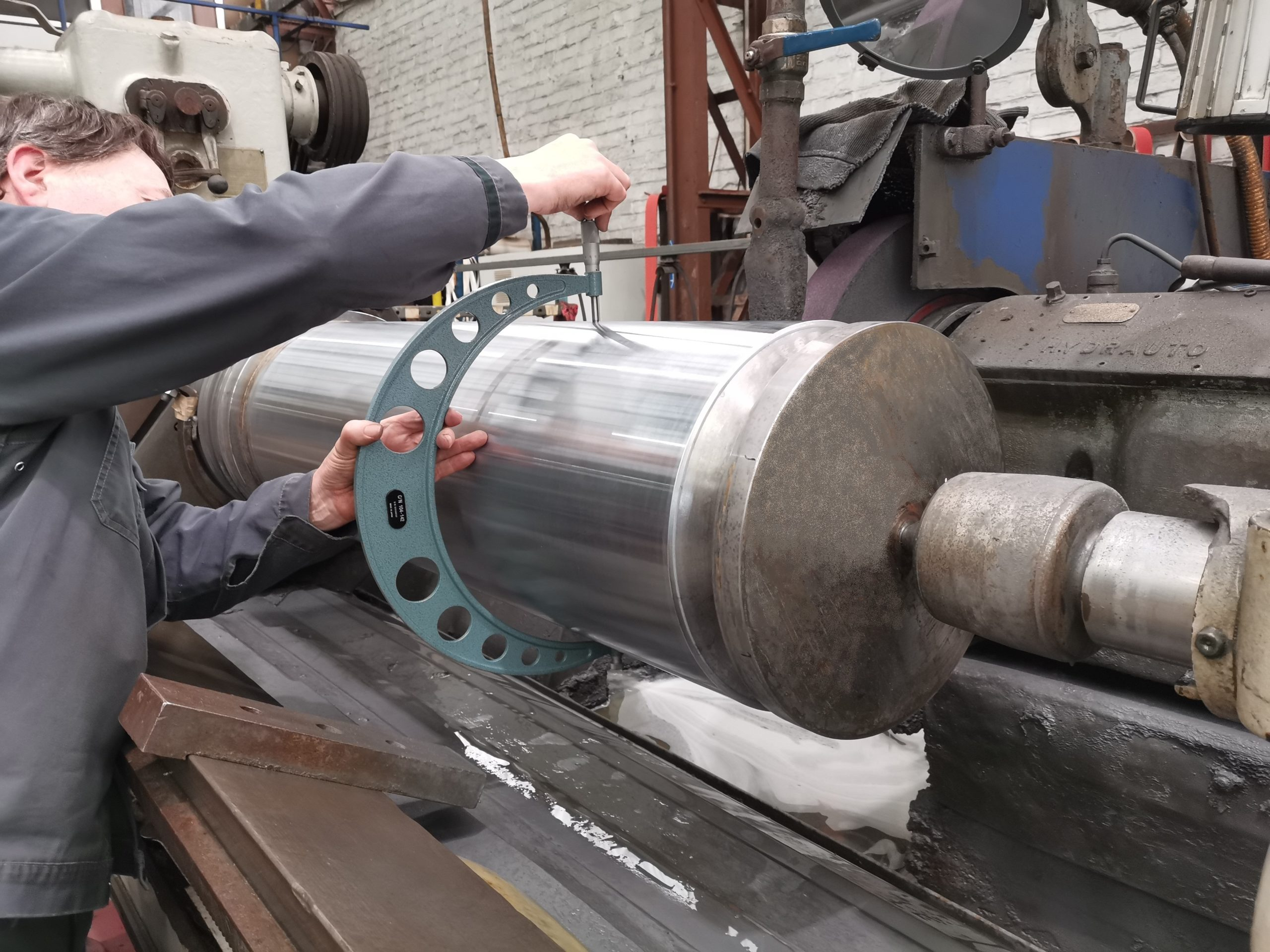 Dimensional control is an essential part of the hard chrome plating process. It makes it possible to hold dimensional tolerances with very precise shapes and positions.